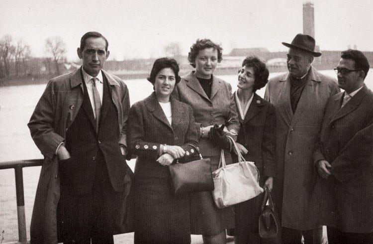 """A la izquierda, Delibes con su mujer Angeles y Helga, la mujer de Gonzalo Sobejano. A la derecha los editores de """"Diario de un cazador"""". Foto tomada en Colonia, (Alemania)1961 por el propio Sobejano."""